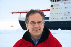 """Professor Lemke in der Antarktis im Oktober 2006 auf einer seiner bisher sieben Polarexpeditionen mit dem Forschungseisbrecher """"Polarstern""""."""