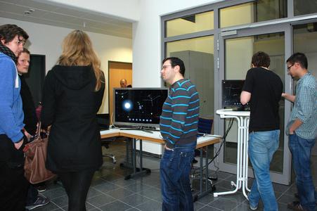 Mit Hilfe der Informatik ferne Galaxien erforschen: Viele Gäste der Informatik-Messe zeigten großes Interesse an der neu entwickelten Software zur Teleskopsteuerung, die das Team um Dipl.-Inf. Björn Plutka (Mitte) entwickelt hatte