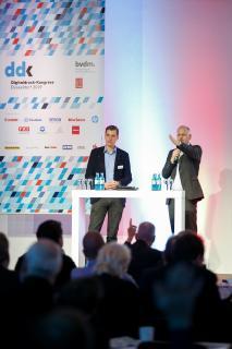 Thomas Egenolf (Offsetdruckerei Schwarzach) präsentiert die digitale Strategie des Unternehmens.