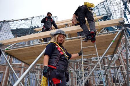 """Teamfähigkeit und """"Köpfchen"""" sind im Dachdeckerhand-werk wichtiger als pure Muskelkraft"""