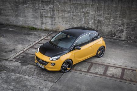 Schwarzes Dach, schwarze Haube, schwarze Außenspiegel: Der Opel ADAM BLACK JACK ist ein echter Charaktertyp, zu Preisen ab 14.950 Euro (UPE inkl. MwSt. in Deutschland)