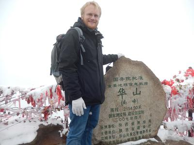 Gipfelstürmer: Lukas Lorenz hat als erster Ingenieurstudent der Hochschule Osnabrück ein Praktikumssemester in China absolviert. Seine Freizeit nutzte er, um Land und Leute kennenzulernen (hier auf der Spitze des Hua Shan, eines der fünf heiligen Berge des Daoismus)