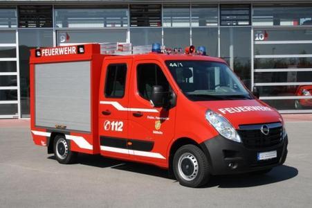 Opel auf der Rettmobil: Die vor einem Jahr neu eingeführte zweite Generation des Erfolgsmodells Movano wurde als TSF für Feuerwehren von Kooperationspartner Furtner + Ammer unter anderem mit einem selbsttragenden Kofferaufbau aus Vollaluminium ausgestattet. Zu den Modifikationen gehören außerdem zwei Sondersignalanlagen, ein Lochschienensystem, Leiterlagerungen und eine Rollo-Öffnung am Heck, hinter der fünf Saugschläuche Platz finden