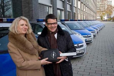 Sabine Thurau, Polizeivizepräsidentin Frankfurt und Boris Rhein, Staatssekretär im Hessischen Ministerium des Innern und für Sport, übernehmen weitere 100 Opel Zafira für den Polizeidienst  in Hessen