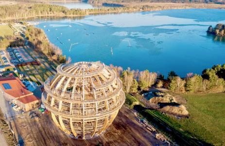 Die Erlebnisholzkugel thront direkt am Ufer des größten Sees in Ostbayern und bietet den Besucher eine Entschleunigung der besonderen Art. Foto: obx-news/inMotion Park/Klaus Schicker
