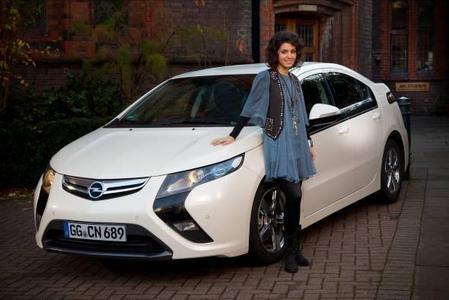 Die Sängerin und Songwriterin Katie Melua ist neue europäische Markenbotschafterin von Opel und Vauxhall. Die gebürtige Georgierin mit britischer Staatsangehörigkeit ist begeistert vom Opel Ampera, dem 2011 auf den Markt kommenden Elektroauto mit verlängerter Reichweite