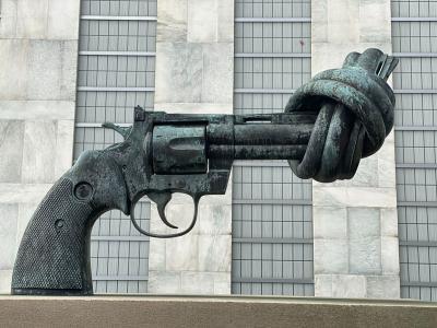 Verknotete Waffe vor dem Gebäude der Vereinten Nationen in New York/USA
