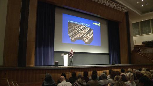 Andreas Winter im Kongresshaus Zürich vor rund 250 Teilnehmern des Abnehm-Gruppencoachings.