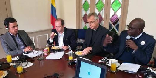 Guillermo Rivera Flórez (links außen) sowie Ganoune Diop (rechts außen) beim Treffen in Bogota / © Foto: International Religious Liberty Association