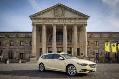 Opel Insignia jetzt auch als Taxi - So schick, so praktisch: Ab sofort fährt der Opel Insignia Sports Tourer auch als elegant-geräumiges Taxi vor