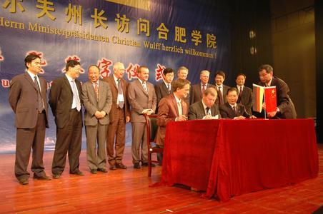 Im Beisein von Ministerpräsident Wulff und Oberbürgermeister Pistorius unterzeichnen Präsident Zhao, Universität Hefei (rechts) Vizepräsident Prof. Dr. Bertram und Herr Gödecke vom China Zentrum Hannover (Mitte) den Kooperationsvertrag