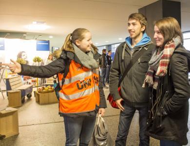 Ronja Kaiser zeigt als Lotsin auf dem HIT den Besucherinnen und Besuchern den richtigen Weg