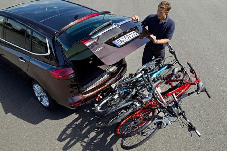 Zugriff gewährleistet: Der FlexFix-Fahrradträger von Opel lässt sich sogar beladen schräg nach unten wegklappen, so dass die Passagiere jederzeit ganz einfach an den Kofferraum kommen