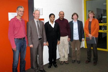 Summa cum laude: Dr. Padma Iyenghar (3.v.l.) hat ihre Doktorprüfung mitAuszeichnung bestanden. Dazu gratulierten die Mitglieder derPrüfungskommission und natürlich ihr Mann. (Von links): Prof. WernerBrockmann (Uni OS), Prof. Clemens Westerkamp (HS OS), Dr. PadmaIyenghar, Dr. Gopalakrishnan Rengarajan, Prof. Dr.-Ing. ElkePulvermüller, Dr. Jutta Göers (beide: Uni OS)