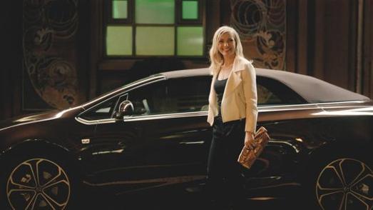 """Elegant vorgefahren: Auch Nadja Uhl hat bereits im Kopf """"umgeparkt"""" und ist auf das sportlich-elegante Opel-Cabrio Cascada umgestiegen"""