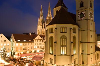 Traditioneller Christkindlmark am Neupfarrplatz in Regensburg.  Foto: obx-news/Altrofoto