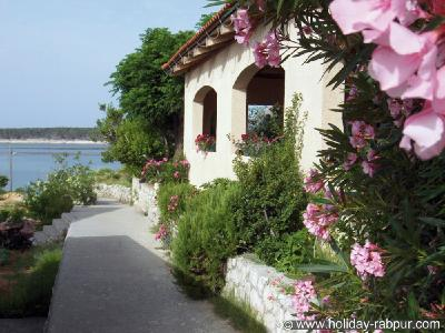 Blühender Oleander um die Pension lässt sofort Urlaubsstimmung aufkommen.