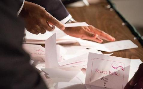 Auszählung der Stimmzettel © Foto: Brent Hardinge / ANN