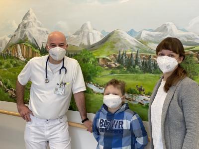 PD Dr. Georg Schwabe, Chefarzt des Sozialpädiatrischen Zentrums, Neven mit Mama Petra
