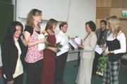 Aus den Händen der Dekanin des Fachbereiches Sozialwesen der FH Lausitz, Prof. Dr. Agnes Saretz (3. v. re.), nahm auch der blinde Student, Florian Kießling, sein Diplomzeugnis entgegen.