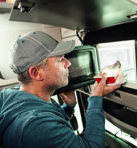 Mit der neuen Dometic Mikrowelle MWO 24 können sich Fernfahrer unterwegs gesund und günstig mit Essen versorgen