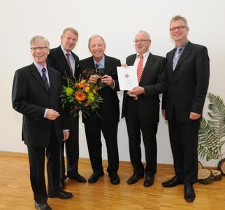 Bürgermeister Burkhard Jasper, Laudator Jan-Dieter Bruns, Prof. Hans-Dieter Warda, der Vorsitzende des Freundeskreises Engelbert Lehmacher, Dekan Prof. Dr. Bernd Lehmann (v. l. n. r.)  (Foto: Daniel Jeschke - Hochschule Osnabrück)