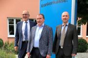 Vorstand Winfried Baumgärtner, Max Straubinger MdB und Servicecenterleiter Werner Gohla vor dem mhplus-Servicecenter in Marklkofen (v.l.n.r.)