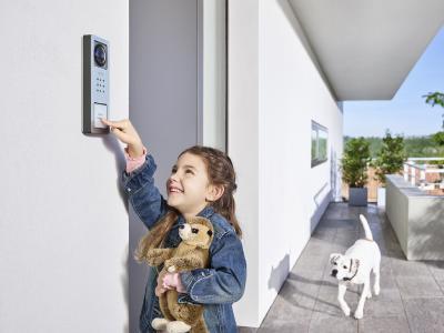 Kinderleicht klingeln: Siedle Compact bietet alle Funktionen einer modernen Gegensprechanlage – einfach, langlebig, preisgünstig / © S. Siedle & Söhne
