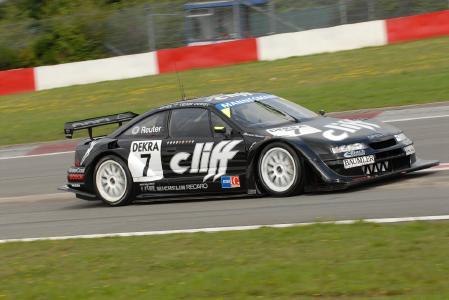 Leistung satt: Auch Opel-Motorsport-Boliden aus vergangenen Tagen wie der DTM-Cliff-Calibra mit Jockel Winkelhock am Steuer zeigen, welches Potenzial unter ihrer Haube steckt