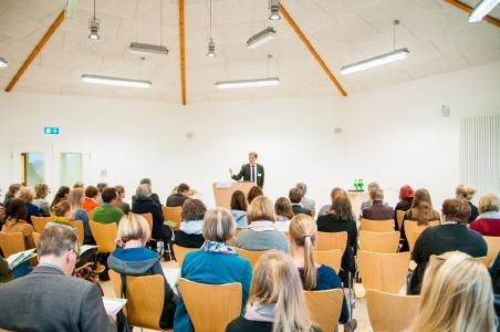 Hochschul-Präsident Prof. Dr. Andreas Bertram begrüßte die rund 70 Teilnehmenden im WABE-Zentrum Klaus Bahlsen