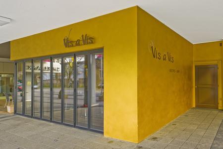 CapaGold an der Außenwand, in der sich das Restaurant befindet, stimmt auf das goldene Ambiente Innen ein, das mit derselben Farbe ausgeführt wurde