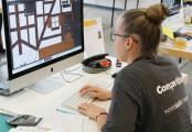 Luisa Kewitz bei der Gestaltung eines Bastelbogens für Kinder.
