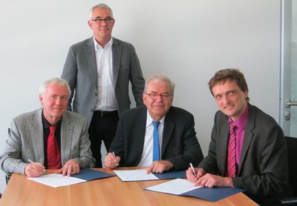Universitätspräsident Prof. Dr.-Ing. Claus Rollinger, Kai Stolzenberg,  Prof. Dr. Werner Söte, Hochschulpräsident Prof. Dr. Andreas Bertram