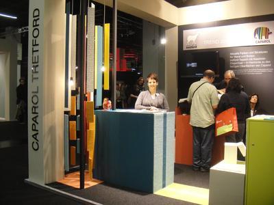 Über aktuelle Farben und Strukturen für Wand und Boden informierten sich die Besucher während der Internationalen Möbelmesse im Januar in Köln