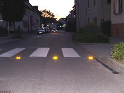 Nachts kommt das gelbe Blinken der LaneLights besonders stark zur Geltung. So werden Fußgänger auch an schlecht ausgeleuchteten Zebrastreifen nicht übersehen.