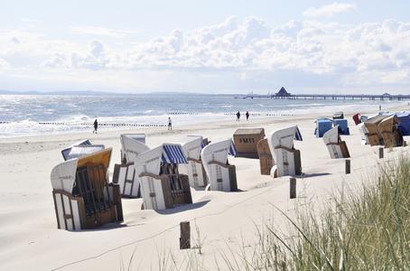 Ob Strand oder Alm – mit alltours und der Bahn einfach, bequem und günstig mit zum Ferienziel