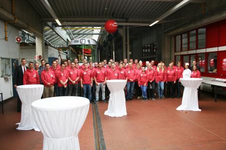 Allle derzeitigen Auszubildenden, deren Ausbilder sowie die VAG Vorstände Oliver Benz (links im Bild) und Stephan Bartosch (rechts)