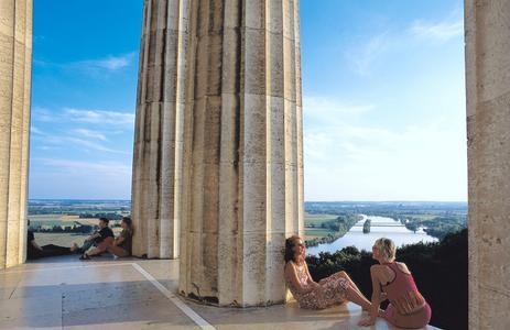 Zu den beliebtesten Ausflugszielen junger Donau-Urlauber gehört die Walhalla bei Donaustauf im Landkreis Regensburg. Foto: obx-news/Regensburg Tourismus GmbH