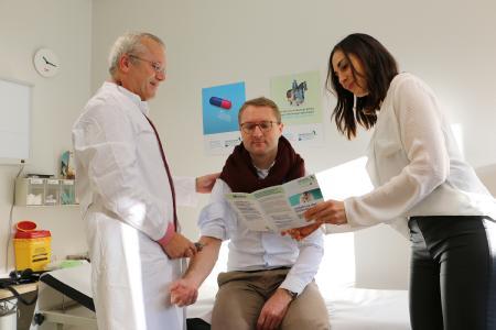 Dr. Henrik Reygers (li.) und Dr. Elisa Stickler wollen aufklären: Für den Gesundheitsdezernenten Dr. Jens Mischak gibt es andere Mittel, die seine Erkältung besser lindern als Antibiotika. Außerdem ist er mit gutem Beispiel voran gegangen und hat sich gegen Grippe impfen lassen / Foto: Gaby Richter
