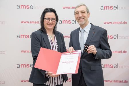 v.l. Susanne Leinberger mit Laudator Prof. Dr. med. Horst Wiethölter (Foto:© AMSEL e.V. / Martin Stollberg)