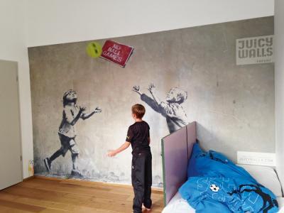 Cooler Effekt: Hier scheint es so, als würde das Kunstwerk an der Wand mit dem Ballspiel der Jungs verschmelzen. (Foto epr/Erfurt JuicyWalls)