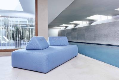 Die IKONO-Möbel bringen von Haus aus alle Eigenschaften mit, die sowohl Wellness-Enthusiasten als auch Spa-Betreiber gleichermaßen schätzen: Komfort, zeitgemäßes Design und gute Instandhaltungs- und Hygieneeigenschaften. Foto: KLAFS GmbH & Co. KG