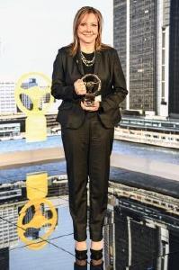 """Stolze Siegerin: GM Chairman und CEO Mary Barra mit dem """"Goldenen Ehrenlenkrad 2016"""""""