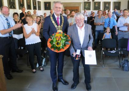 Im Osnabrücker Friedenssaal hat Oberbürgermeister Wolfgang Griesert die Verdienstmedaille der Bundesrepublik Deutschland an Hochschul-Professor Dr. Herbert Zucchi überreicht