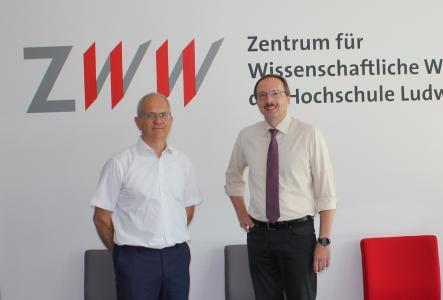 v.l. Ulf Wacker, Leiter des ZWW, und Hochschulpräsident Prof. Dr. Peter Mudra in den Räumlichkeiten des ZWW