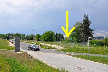 Der Neubau der öffentlichen Betriebskindertagesstätte wird an der Christophsbad-Allee, an der Abzweigung zum Parkhaus, innerhalb des abgezäunten Bereichs
