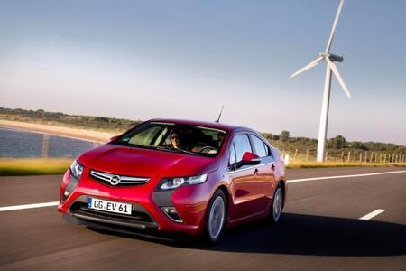 """Der Opel Ampera gewinnt den Bayerischen Staatspreis """"eCarTec Award 2011"""" in der Kategorie Elektroauto. Er ist das erste Elektroauto, das keine Umstellung der Lebensgewohnheiten erfordert. Die fünftürige Limousine bietet Platz für vier erwachsene Insassen samt Gepäck"""