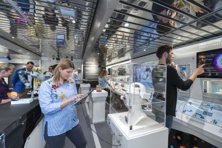 Die Ausstellung im Erdgeschoss zeigt innovative Entwicklungen aus dem Bereich der sechs Zukunftsaufgaben der neuen Hightech-Strategie. Foto: Footage (Audio/Video)