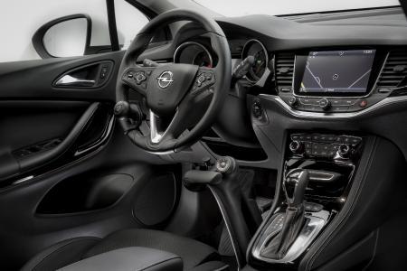 Alles in einem Griff: Mit der Mobilitätshilfe Veigel Commander können körperlich eingeschränkte Fahrer via Funkfernbedienung am Handgashebel Blinker, Licht, Hupe und Scheibenwischer ihres Opel-Fahrzeugs bedienen