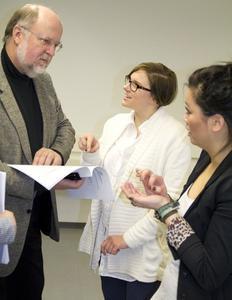Julia Nguyen, Constanze Schwarze und Manfred Malzahn vom Niedersächsischen Landkreistag diskutieren die Ergebnisse der Evaluation. Foto: Paolo Lombardo